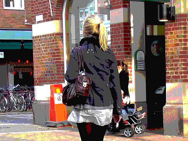 Typique jeune blonde suédoise en mini-jupe et bottes à talons hauts / Typical Swedish blond in high-heeled boots and miniskirt - sexy  - Ängelholm / Suède - Sweden.  23-10-2008 -  Postérisation