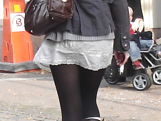Typique jeune blonde suédoise en mini-jupe et bottes à talons hauts / Typical Swedish blond in high-heeled boots and miniskirt - sexy  - Ängelholm / Suède - Sweden.  23-10-2008
