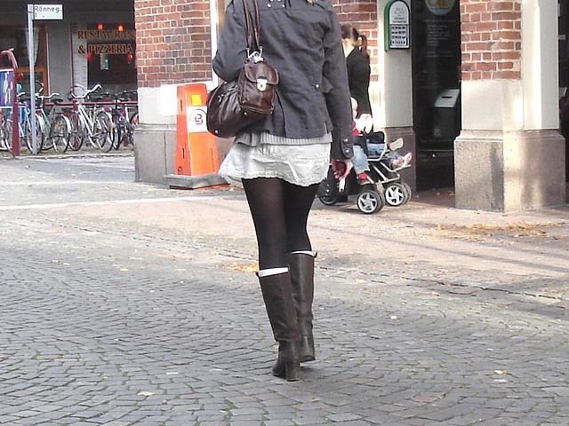 Typique jeune blonde suédoise en mini-jupe et bottes à talons hauts / Typical Swedish blond in high-heeled boots and miniskirt - sexy  - Ängelholm / Suède - Sweden.  23-10-2008