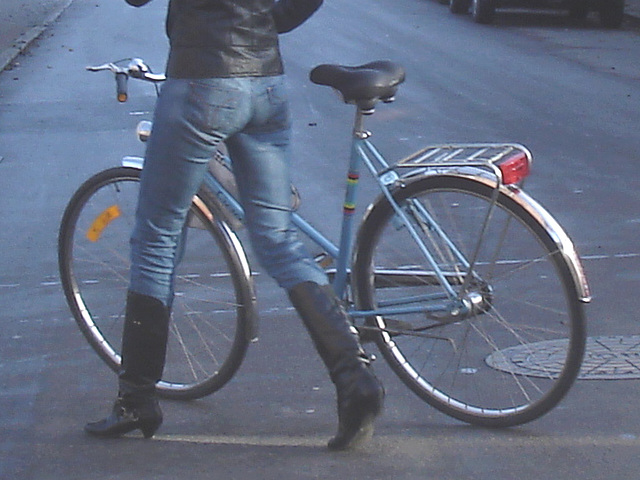Cycliste en bottes à talons hauts / Walking Swedish biker in jeans & high-heeled boots at her cell phone - Ängelholm  / Suède - Sweden.  23-10-2008