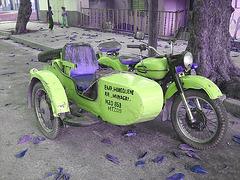 Inversion RVB d'une moto bleue à la cubana