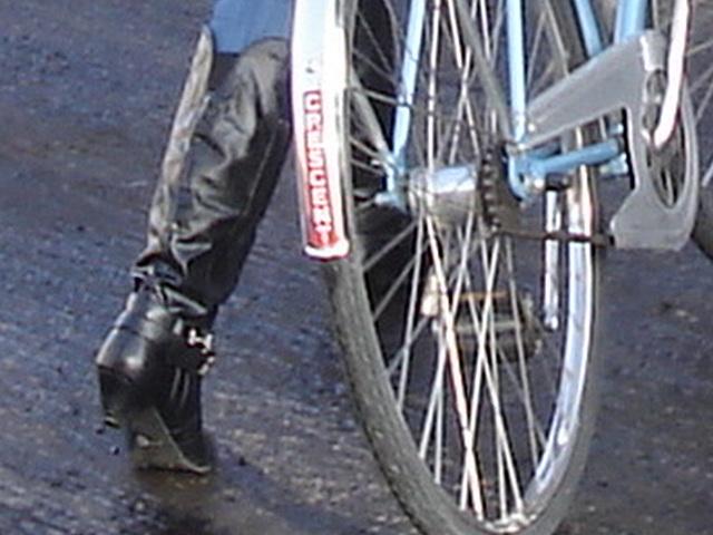 Cycliste en bottes à talons hauts / Walking Swedish biker in jeans & high-heeled boots at her cell phone - Ängelholm  / Suède - Sweden.  23-10-2008