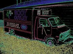 Boot outlet truck / Camion bien botté - Hillsboro, Texas. USA - 28 juin 2010- Contours de couleurs ravivées en négatif RVB