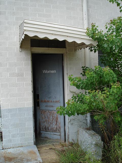 Women's entrance......Entrée privée pour femmes....Farmerville, Louisiane. USA - 7 juillet 2010