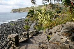 Nach dem Lift durch die Steilwand der Felsenküste noch ein paar Treppen bis zum Strand. ©UdoSm