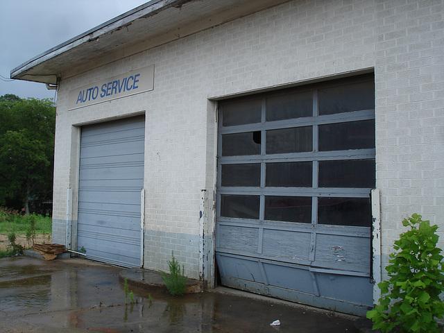 Auto service building / Farmerville, Louisiane. USA - 7 juillet 2010