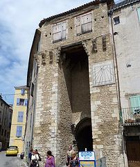 Porte ancienne et cadran solaire