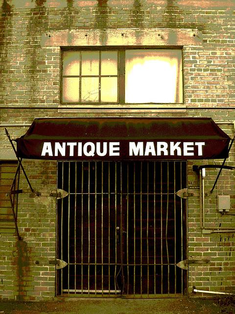 Antique market building / Marché d'antiquités - Bastrop - Louisiane. USA /  08-07-2010 / Sepia postérisé