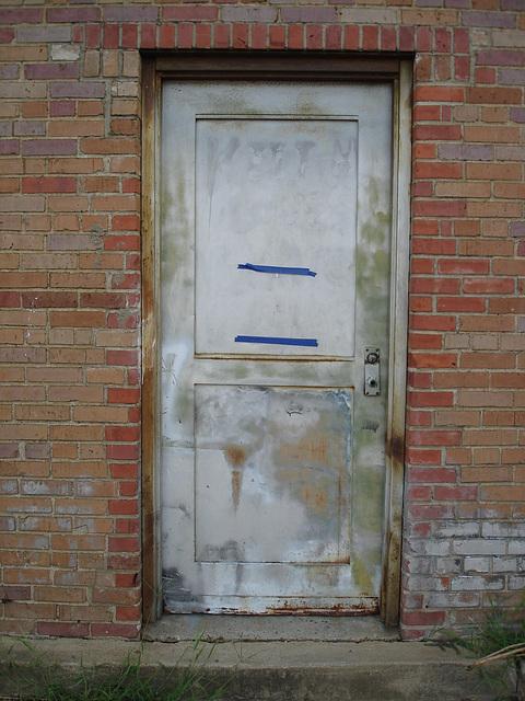 Antique market door / Porte du marché d'antiquités - Bastrop, Louisiane. USA - 8 juillet 2010