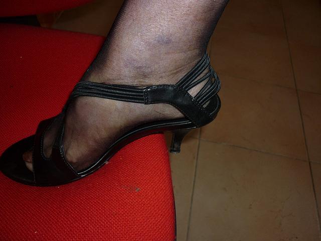 Talon haut sur chaise rouge / High heel shoe on red chair - Mon Amie / My friend Christiane