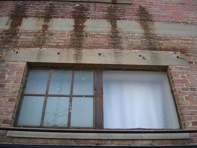 Antique market window / Fenêtre du marché d'antiquités - Bastrop, Louisiana. USA - 8 juillet 2010 -