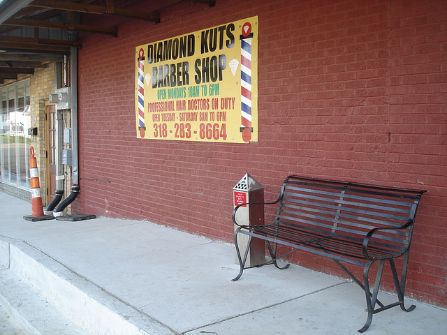 Diamond kuts barber shop bench /  Banc de diamants capillaires -  Bastrop /  Louisiane. USA - 08 juillet 2010
