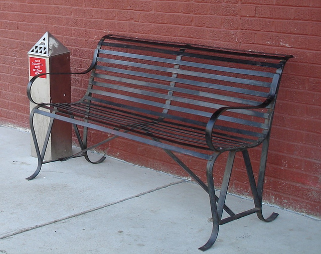 Diamond kuts barber shop bench /  Banc de diamants capillaires -  Bastrop /  Louisiane. USA - 08 juillet 2010 - Recadrage