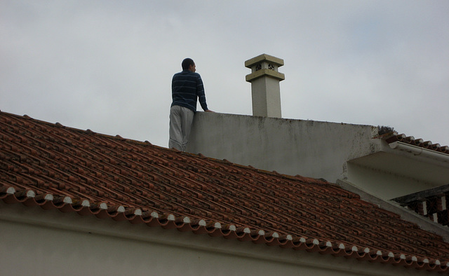 A-dos-Ruivos, a watcher on the roof