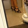 Vendeuse asiatique en talons aiguilles / Asian saleswoman in high heels