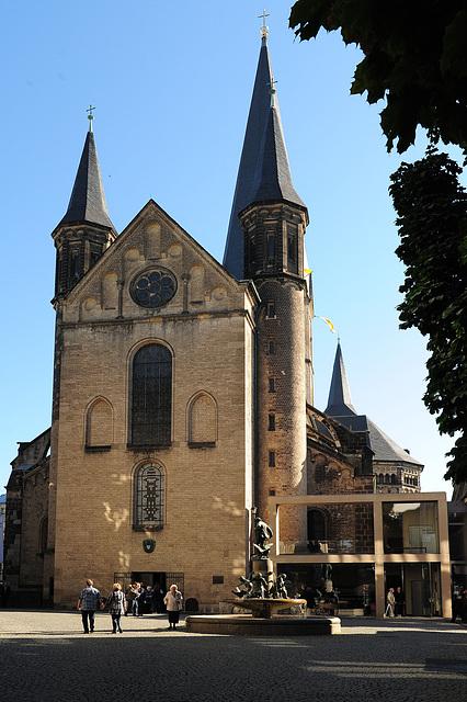 Münster in Bonn (mit Brunnen)