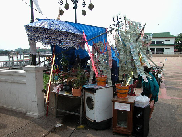 Lotterie lot selling at the Chao Phraya river pier