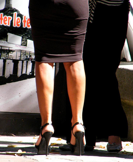 Dame hautement juchée / Lady in high heels - Photographe Claudette.