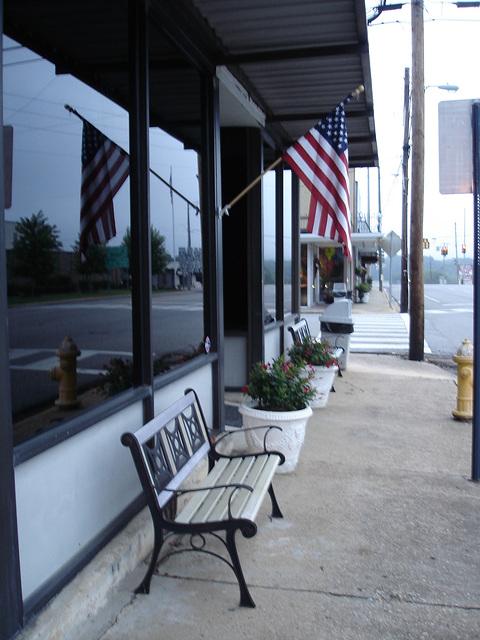 USA flags with twin  benches / Drapeau américain et bancs jumeaux - Hamilton, Alabama. USA - 10 juillet 2010