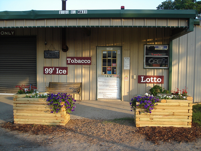 Glace, tabac  et loterie / Ice, tobacco and lotto - Jewett, Texas.. USA - 6 juillet 2010.