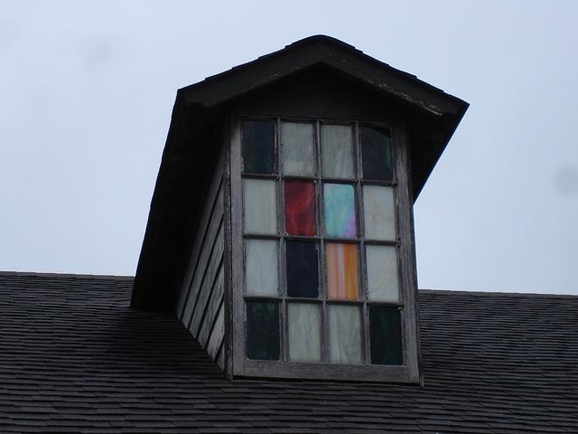 Vitre à carreaux colorés / Colorful window panes - Hamilton, Alabama. USA - 10 juillet 2010 - Recadrage