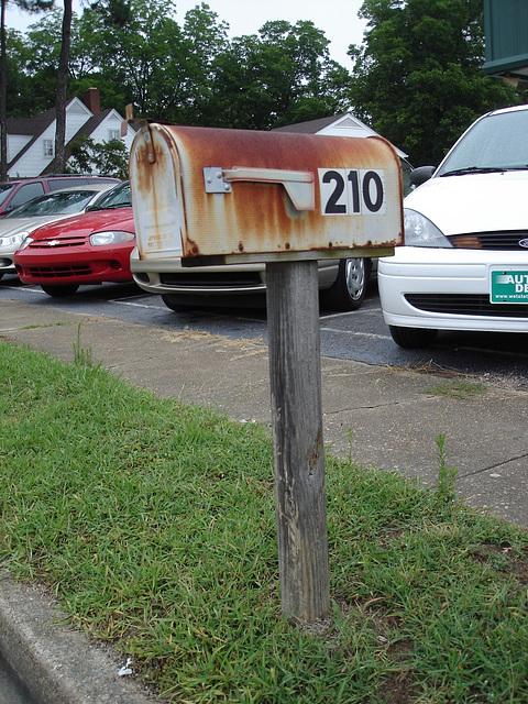 Rusty mailbox /  Le courrier rouillé - Hamilton, Alabama. USA - 10 juillet 2010.
