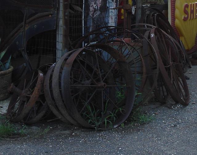Tractor wheels of yester-year / Roues de tracteur d'autrefois -  Antiquités texanes / Texan antiques - Jewett, Texas. USA - 6 juillet 2010 - Recadrage