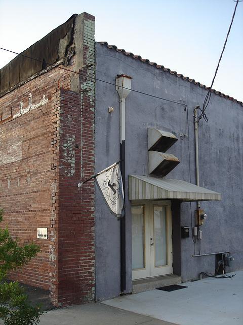 Mysterious flag building / Mystérieux bâtiment au drapeau inconnu - Bastrop, Louisiane. USA - 8 juillet 2010.