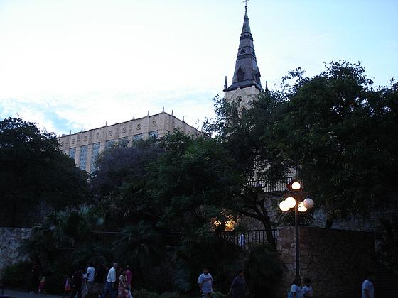Church tower by the night / Clocher de soir - San Antonio, Texas. USA - 29 juin 2010 - Photo originale
