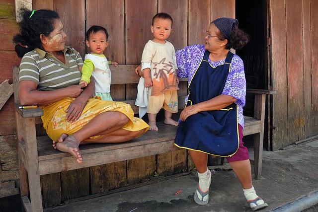 Chat under Karen women in Baan Pi Lok