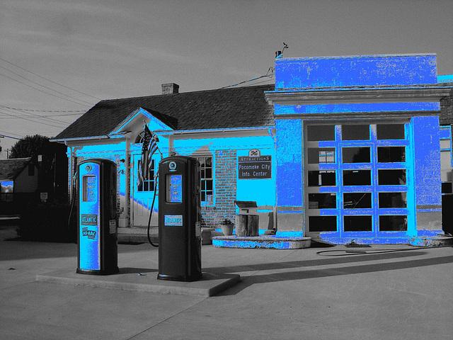 Pocomoke city info.center / Pocomoke, Maryland. USA - 18 juillet 2010 - N & B avec bleu photofiltré