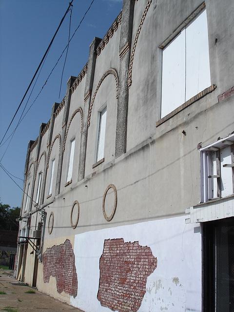 Hollandale, Mississippi. USA - 8 Juillet 2010  - Briques électriques / Electric bricks.