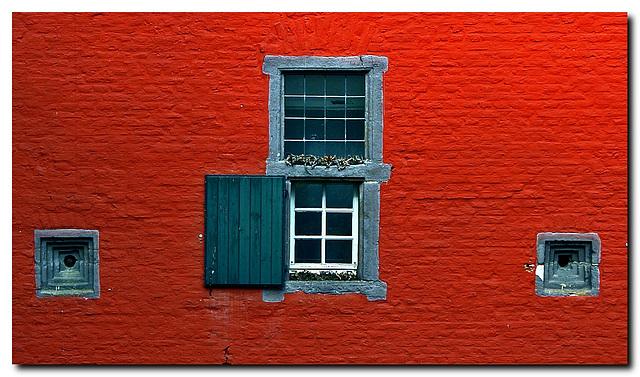 Rote Wand mit Fenstern
