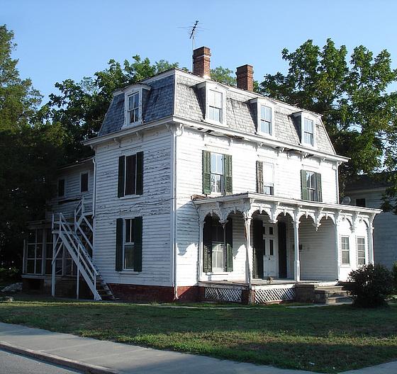 2 way traffic house / La maison à double sens - Pocomoke, Maryland. USA - 18 juillet 2010- Recadrage