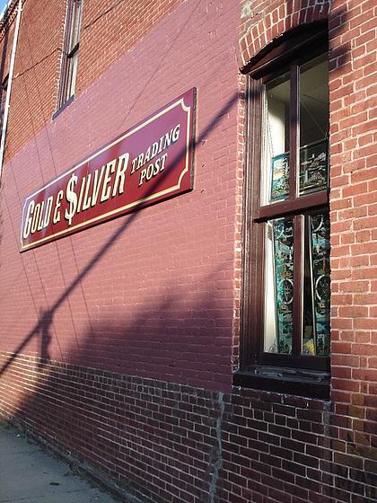 Gold & $ilver trading post /  Lighthouse window / Fenêtre à phare artistique - Pocomoke, Maryland. USA - 18 juillet 2010