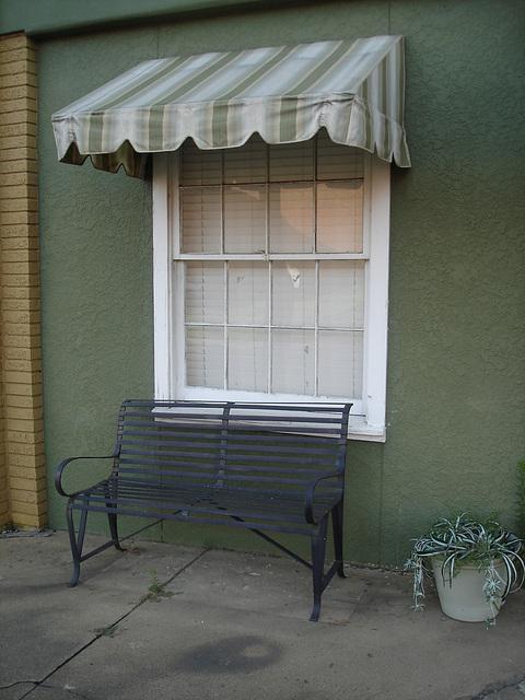 Banc commercial / Commercial bench -Bastrop, Louisiane. USA - 8 juillet 2010.