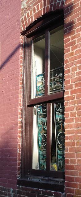 Gold & $ilver trading post /  Lighthouse window / Fenêtre à phare artistique - Pocomoke, Maryland. USA - 18 juillet 2010 - Recadrage