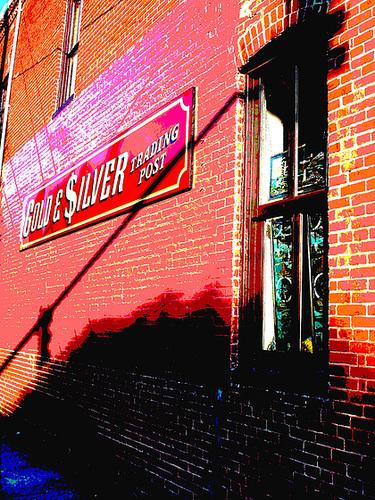Gold & $ilver trading post /  Lighthouse window / Fenêtre à phare artistique - Pocomoke, Maryland. USA - 18 juillet 2010 - Postérisation