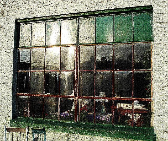 The morning after window / Fenêtre du matin suivant - Pocomoke, Maryland. USA - 18 juillet 2010 - Vieille toile postérisée
