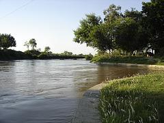 La kanalo proksime de Bharata landlimo,en Lahore