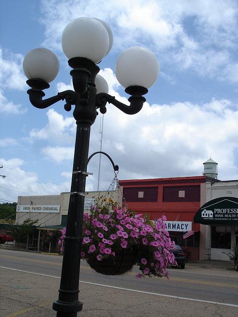 Lampadaire de pharmacie Drugstore street lamp - Bernice, Louisiane. USA / 07 juillet 2010