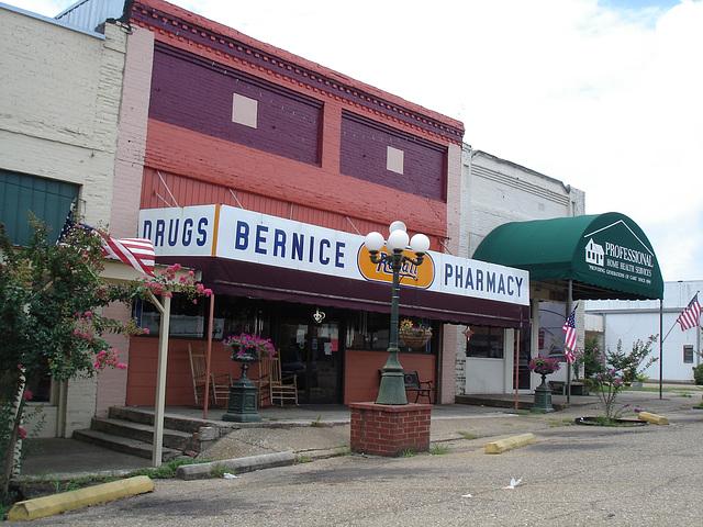 Lampadaire de pharmacie / Drugstore street lamp - Bernice, Louisiane. 07-07-2010