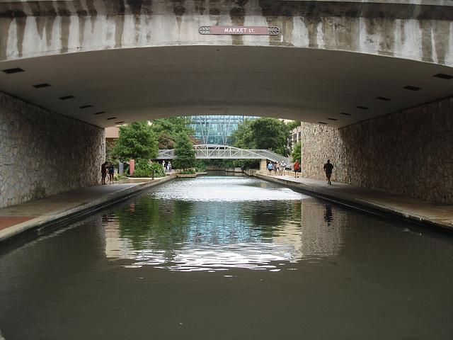Market street bridge / Perspective mouillée sous la rue Market -San Antonio, Texas. USA - 1er juillet 2010.