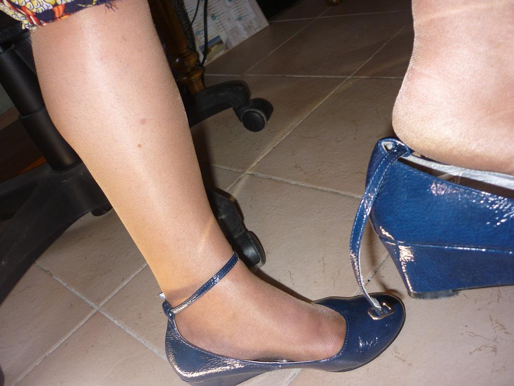Dangle suprême en souliers plats sexy /  Supreme dangle in flat sexy shoes -  Mon amie / My friend Christiane !
