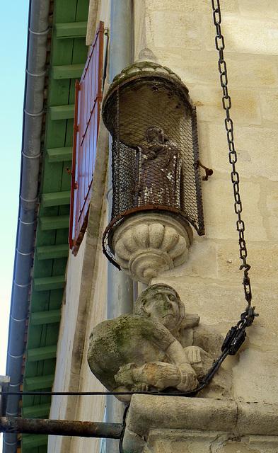 Statue moyenâgeuse et statuette en coin de rues