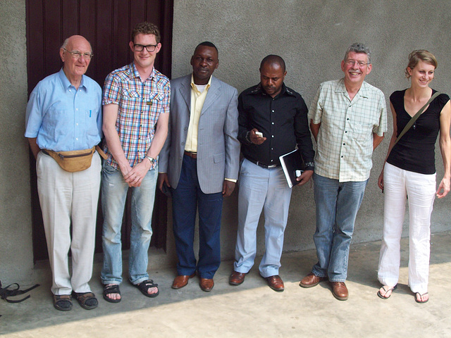 Jean Bosco kun la vizitantoj che la redemptorista domo kie ili loghis. Chi tie kun la direktoro pri la nacia programo pri la handikapuloj.