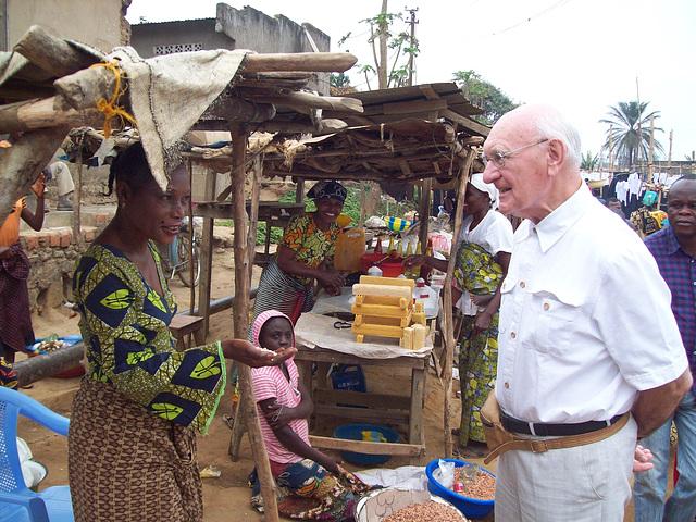 Jacques Tuinder en la granda bazaro en Mbanza-Ngungu