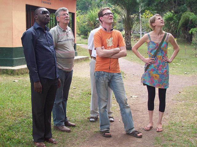 Jean Bosco kaj la vizitantoj el Nederlando en Botanika ghardeno en Kongo DR