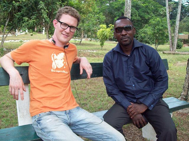 Jeoren el Nederlando kaj Jean Bosco en la botanika ghardeno en Kongo DR