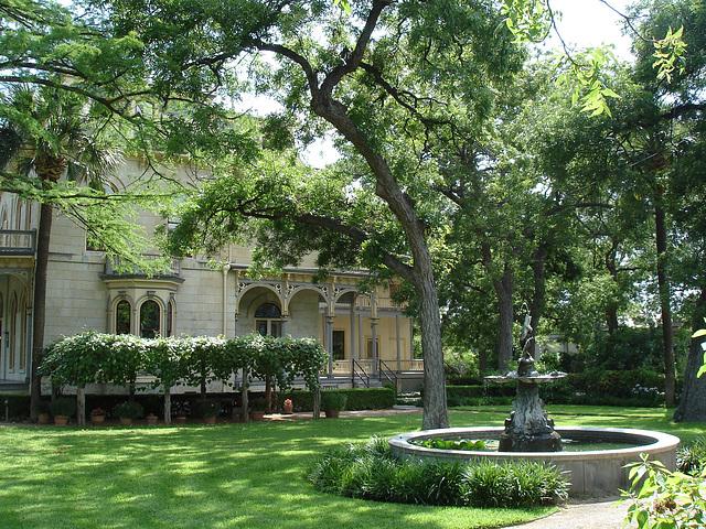 The fountain house / La maison à la fontaine - King Williams area / San Antonio, Texas. USA - 29 juin 2010.